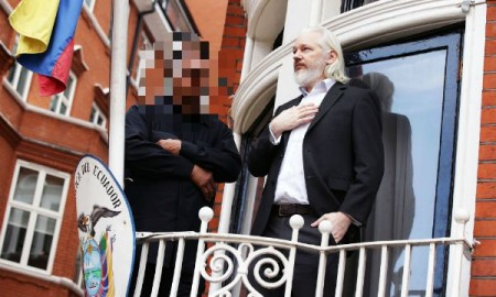 assange-balcony-long-hair-CDP